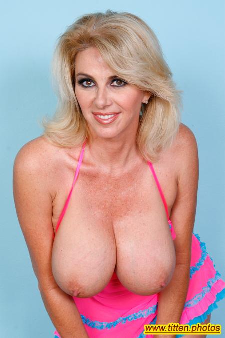 Reife Blondine mit sexy Titten