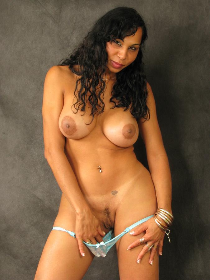 Nackte ältere Latina mit dicken Möpsen