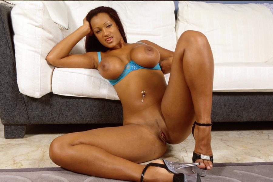 Sexy black girls zeigt Titten und Fotze
